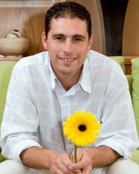 Netflorist_Ryan-Bacher-holding-flower